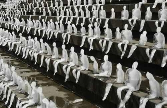 Nele-Azevedo-Melting-Men-2009-1000-ice-sculptures-placed-on-the-steps-of-the-Berlin-Concert-Hall-as-part-of-a-WWF-project-to-highlight-global-warming